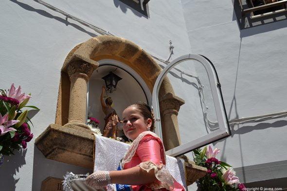 Manuela Font haciendo la ofrenda a S