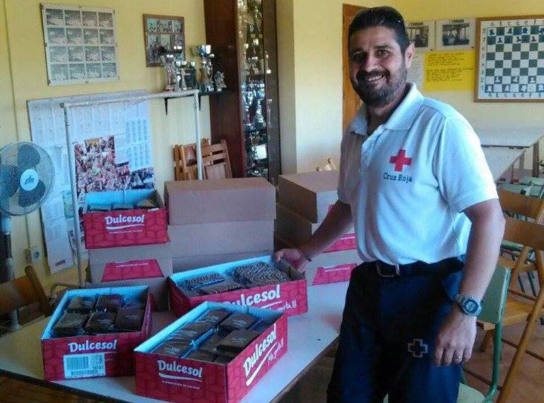 Miembro de Cruz Roja Xàbia recogiendo los alimentos