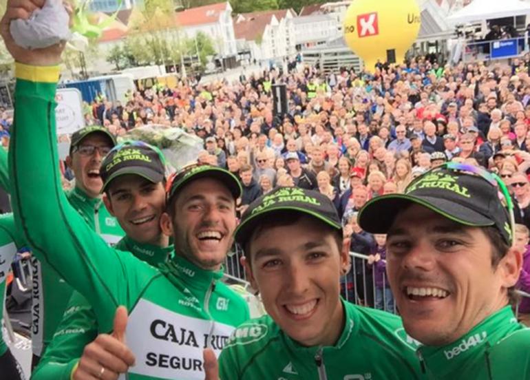 Molina junto a su compañeros celebrando el triunfo por equipos.