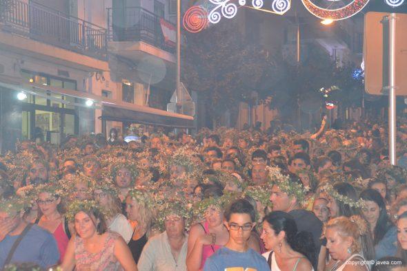 Multitud de gente esperando su turno para saltar la hoguera