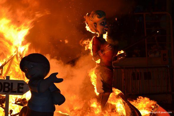Ninot ardiendo en  la Foguera Grande