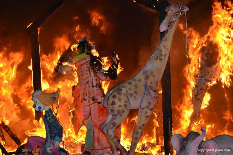 Ninots  infantiles devorados por las llamas