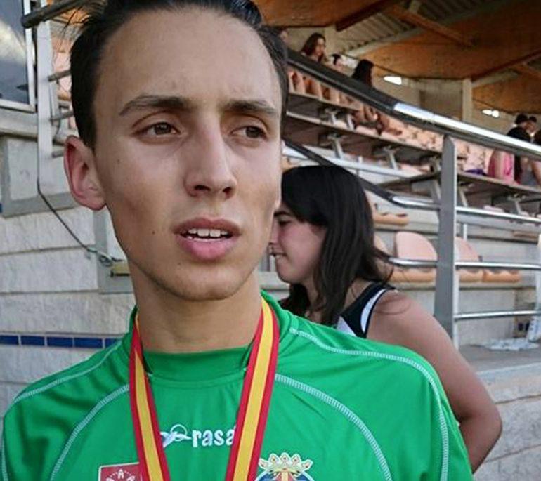 Siro Piña con su medalla de oro