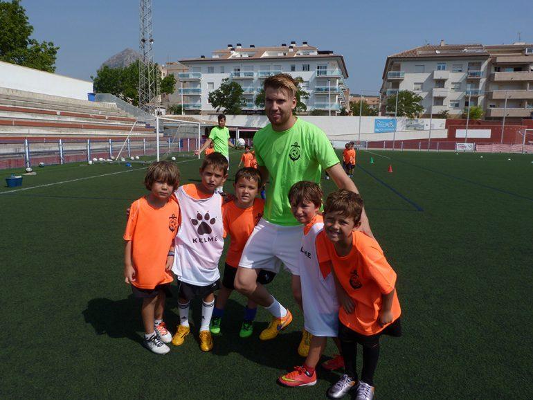 Adrián Ortóla compartiendo un entrenamiento con los niños