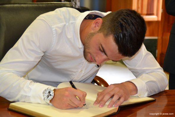 Antonio Sivera firmando el libro de honor