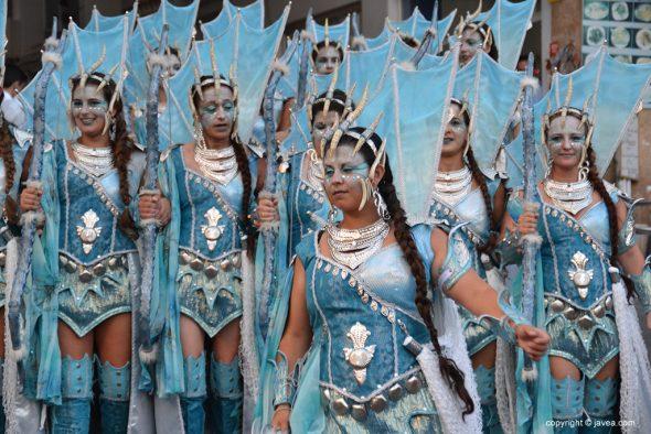 Filà Trabuquers cabo dirigiendo escuadra mujeres