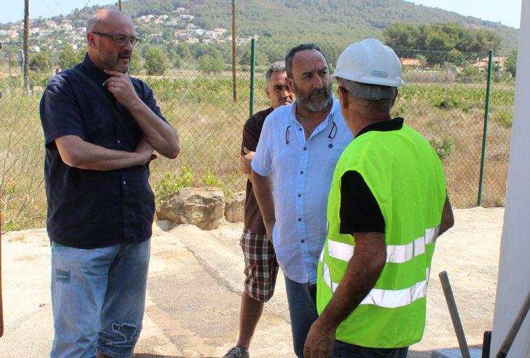 Josep Femenía visitando los pozos de agua