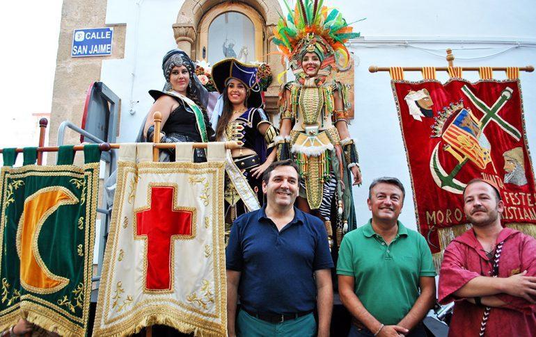 Los cargos festeros y autoridades ante Sant Jaume