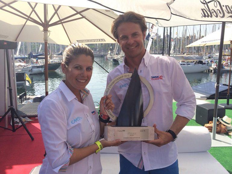 Maribel Sivera y Ramón Illán con el trofeo
