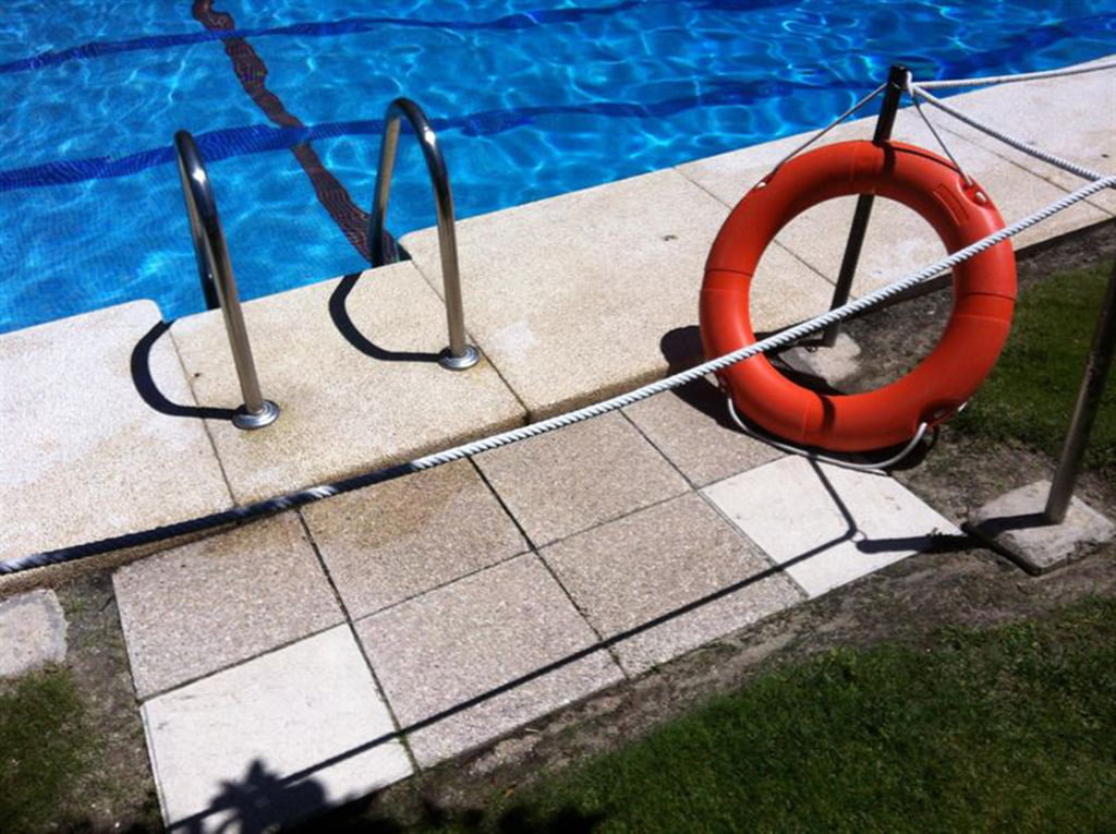 Piscina con salvavidas for Salvavidas para piscinas