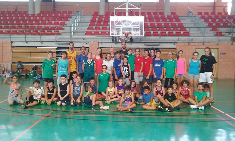 Óscar Mayordomo y Andrea Valero con los niños del Campus