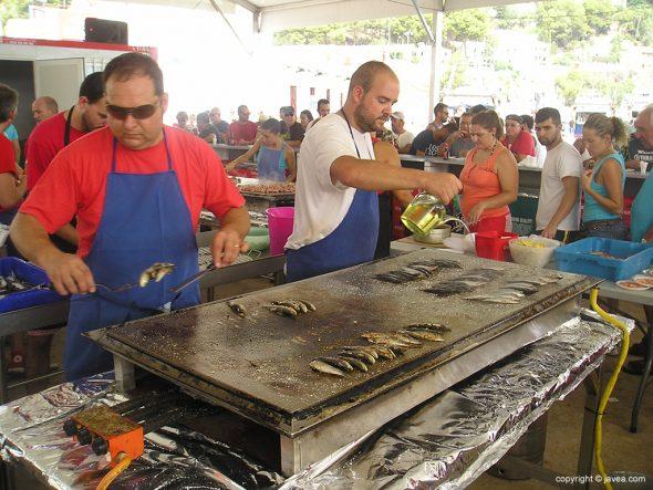 Cocinando sardinas a la plancha