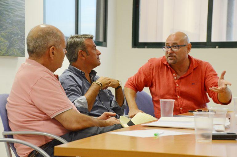 Henarejos charla con Manuel Aldeguer con Chulvi como testigo