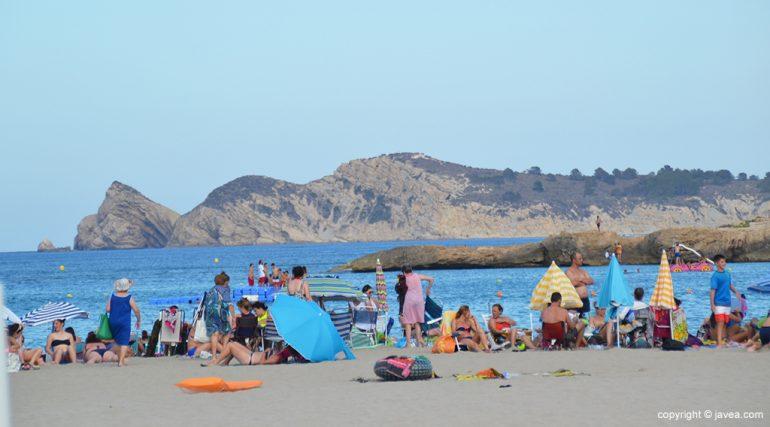 La playa del Arenal llena de gente