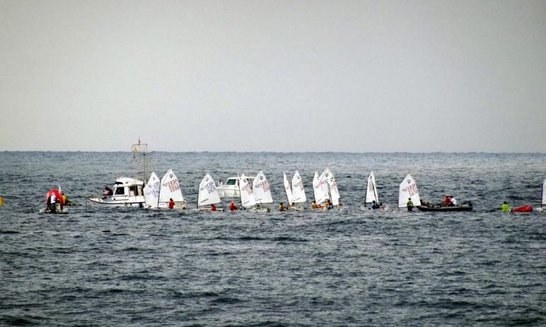 Los barcos regateando en un día gris