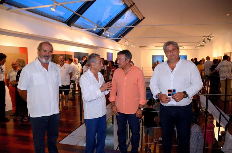 Manuel Jorge charlando con José Chulvi en la inaguración de su exposición