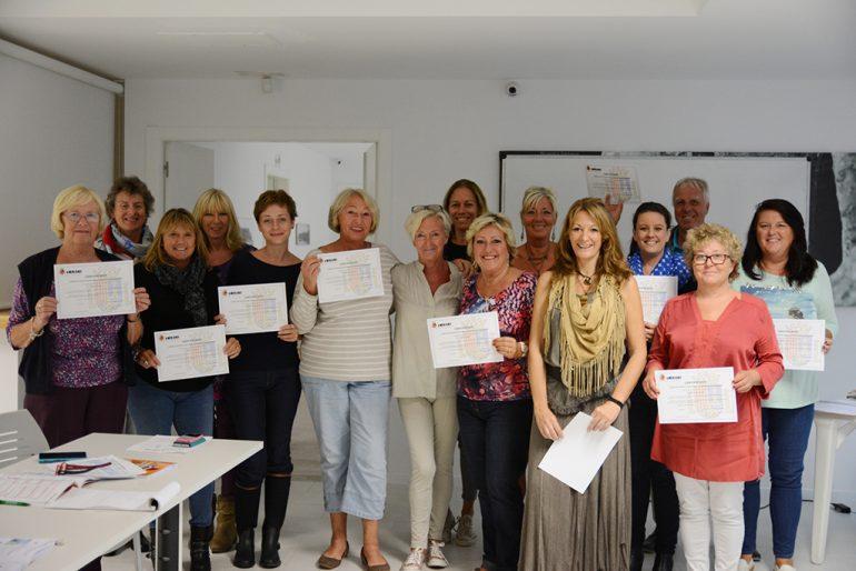 Alumnos del curso de Español con sus diplomas