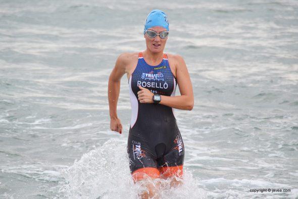 Cristina Roselló saliendo del agua