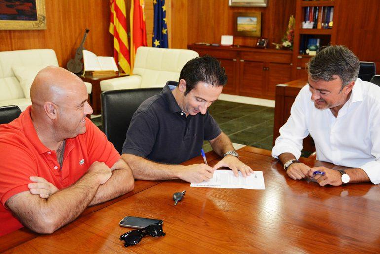 Firma del convenio entre Chulvi y los representantes del Centre Excursionista Xàbia