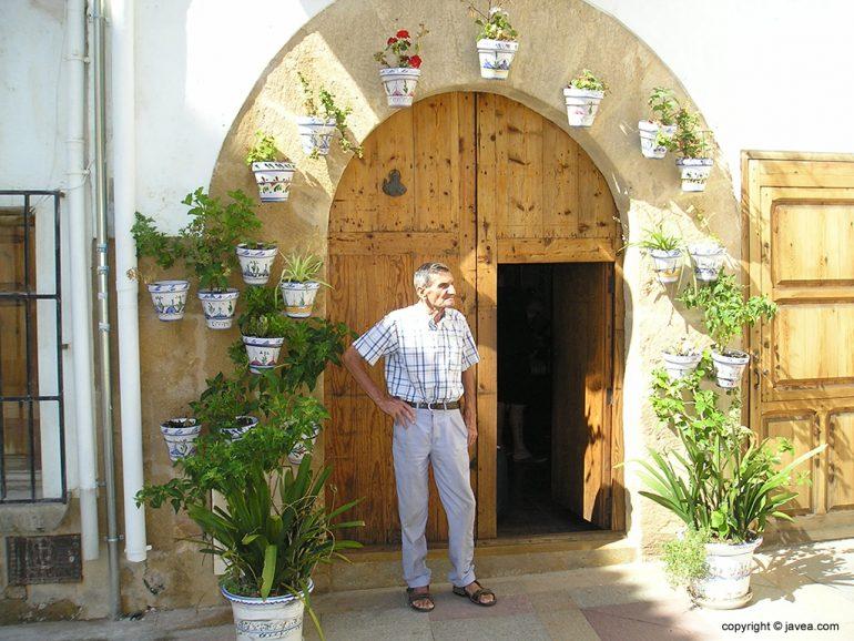 Fermín Espinosa ante su casa
