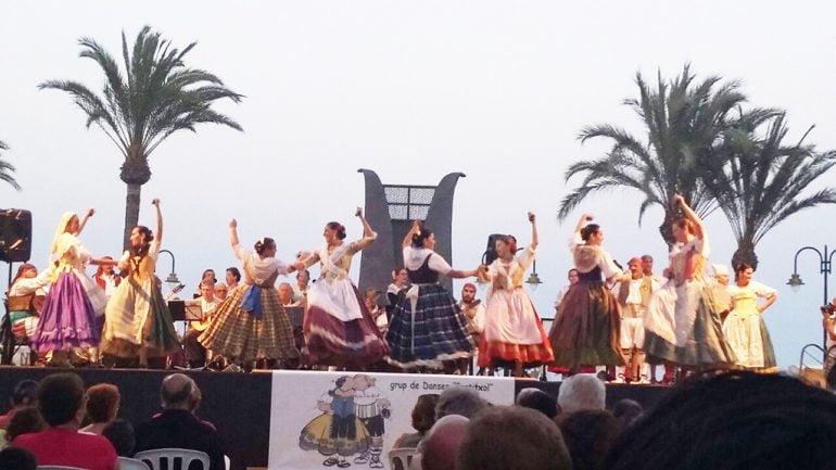 Grup de Danses del Portitxol durante una actuación