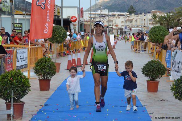 Irene Bolufer cruzando la meta con los niños