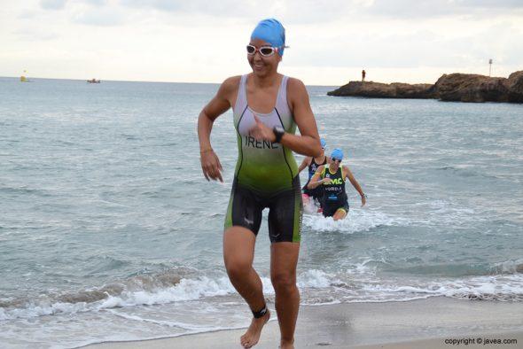Irene Bolufer saliendo del agua