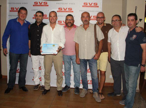 José Francisco Mayans y la Policia Local entregan reconocimiento a Eusebi Miñana por los servicios prestados por SVS en Benitatxell.