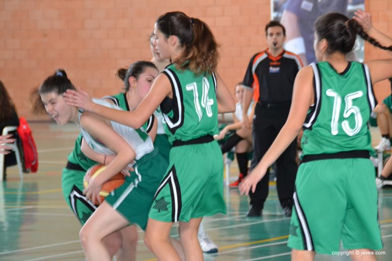 Las juniors del Joventut Xàbia defendiendo