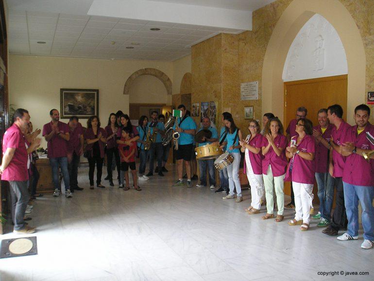 Festeros de visita en el asilo Hermanos Cholbi