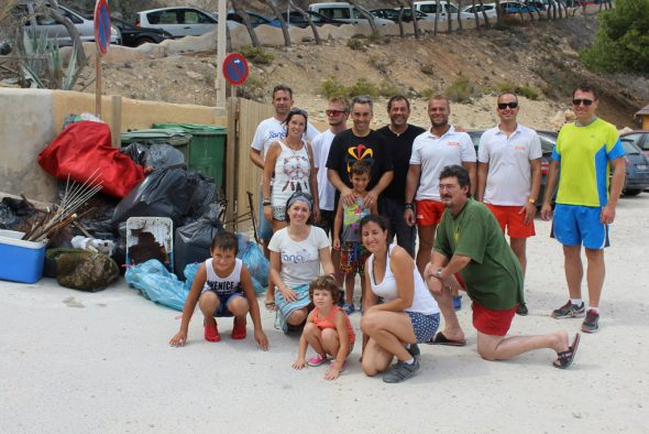 Voluntarios de limpieza de las calas de Benitatxell