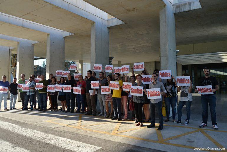 Alcaldes y ediles de Compromís en la puerta del Hospital Comarcal