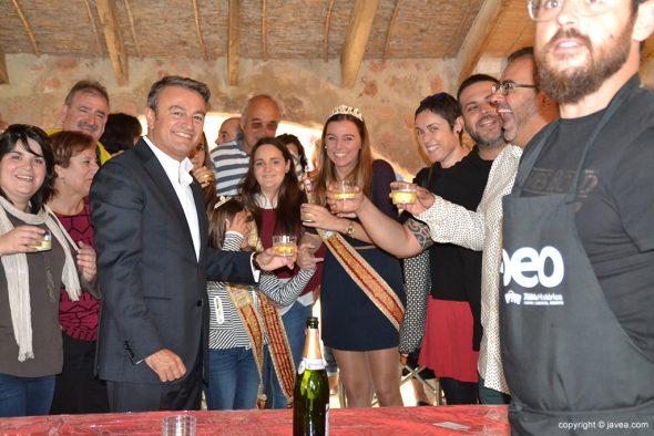 Brindando en el stands de Vinos y Viandas
