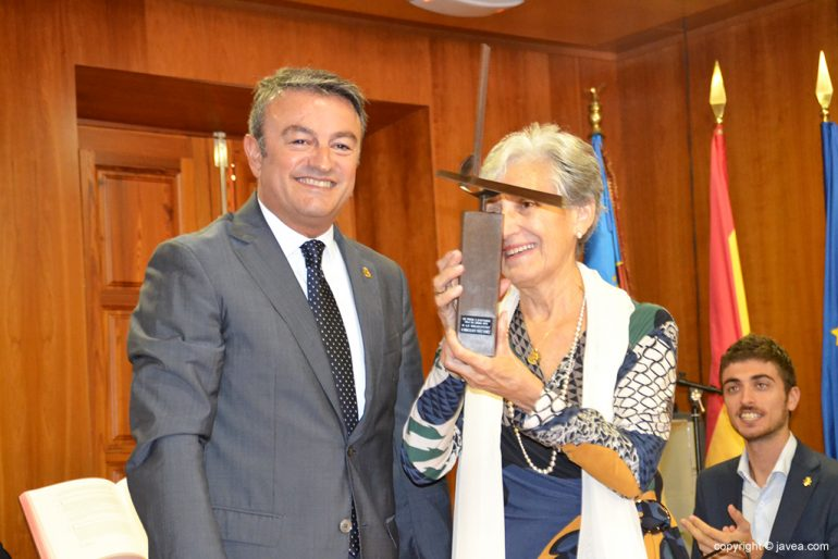 Chulvi con Inmaculada Yáñez y su premio