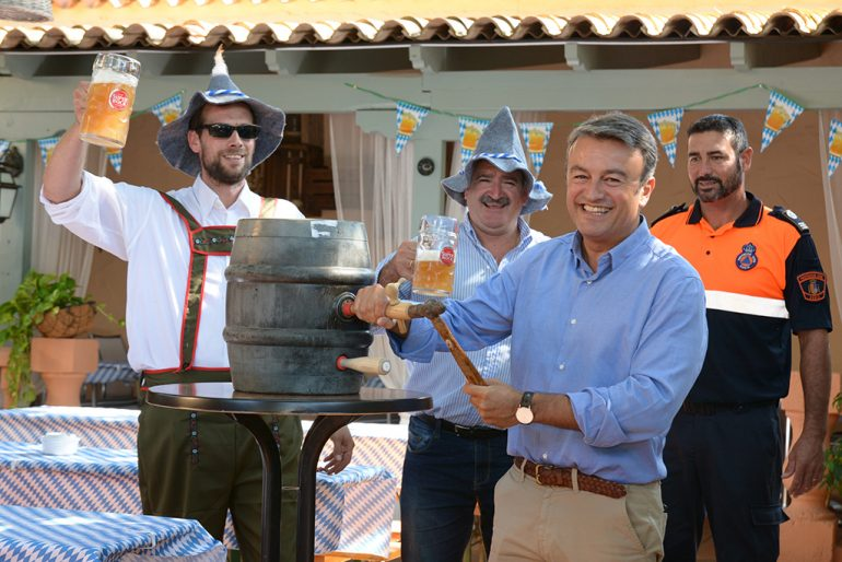 Chulvi inaugurando el Oktoberfest en Xàbia