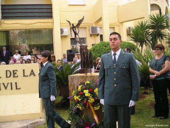 Dos guardias civiles con la corona