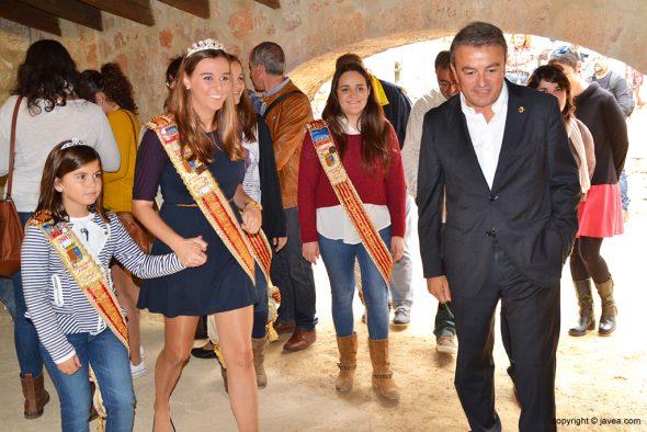El alcalde con las reinas y damas de fogueres 2015