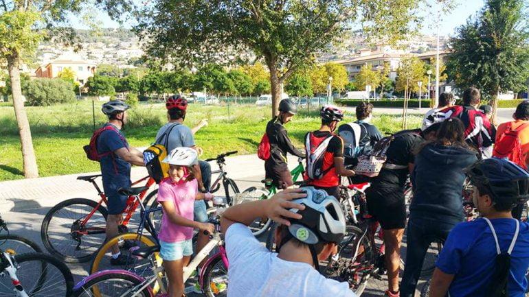 Familias participando en el Día de la bicicleta