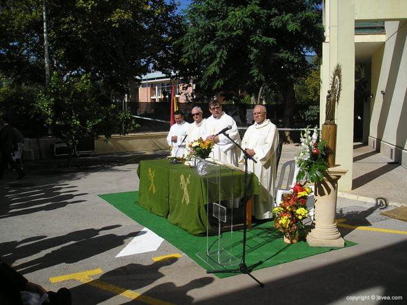 Sacerdotes celebrando la misa
