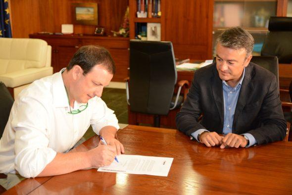 Firmando el convenio con el AMPA del Colegio Inmaculada