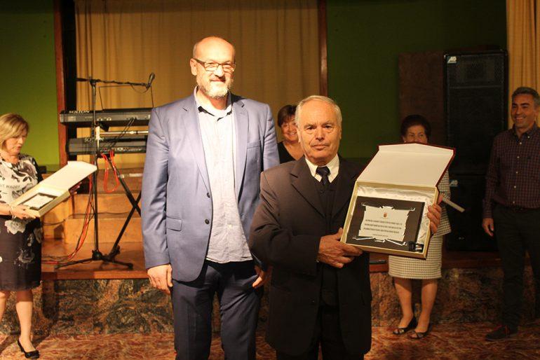 José Vidal recogiendo su placa