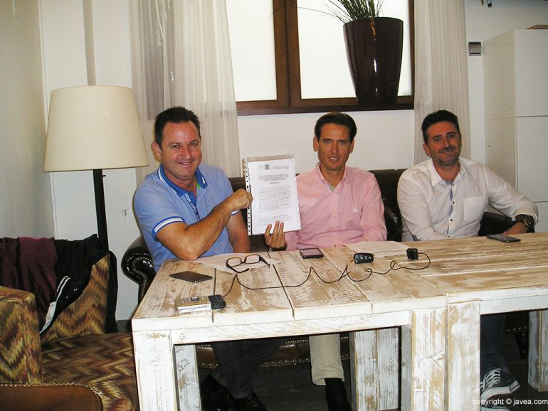 Juanjo García con Óscar Antón y Juanlu Cardona mostrando el recurso