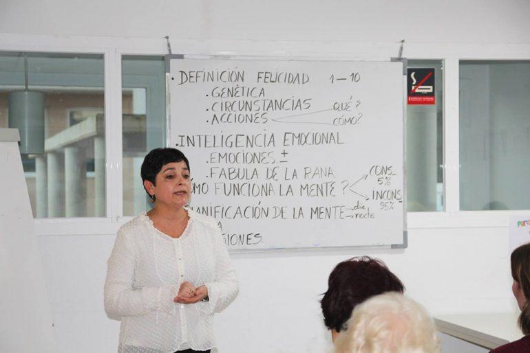 Marina Pardo impartiendo la clase