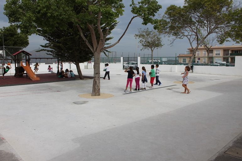 Niños jugando en el nuevo pavimento