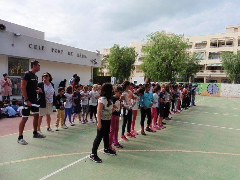 Profesores y alumnos celebrando el 9 de octubre en el colegio Port Xábia