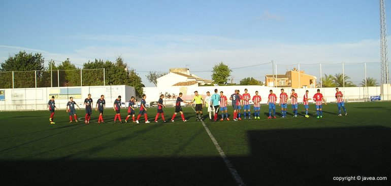 Saludo entre los jugadores de los dos equipos