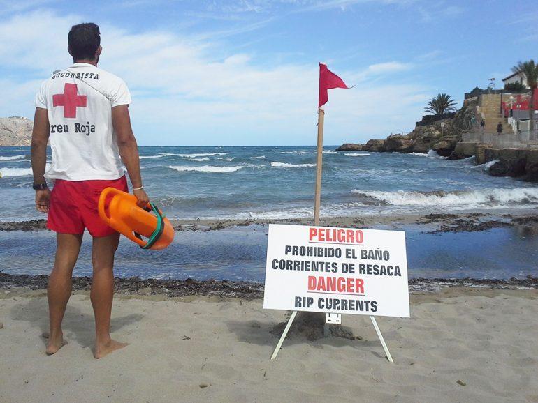 Vigilante de Cruz Roja Xàbia en la playa del Arenal