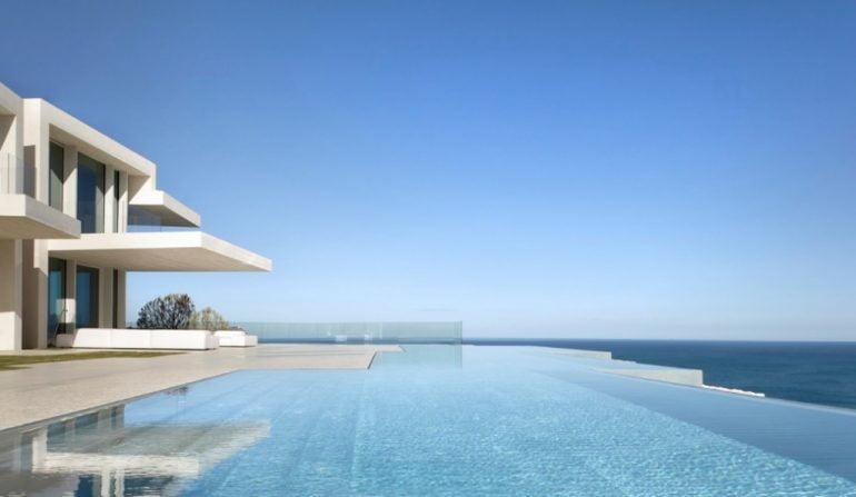Vista exterior de la piscina de Cala Sardinera