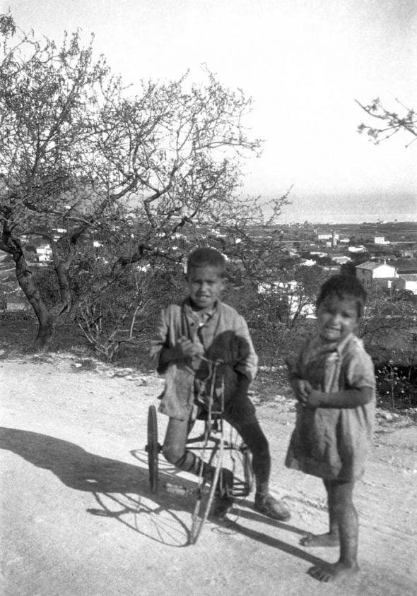 Dos niños jugando en la calle