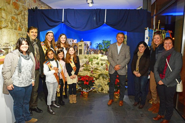 Chulvi junto a Remei Bataller y las representantes de Fogueres